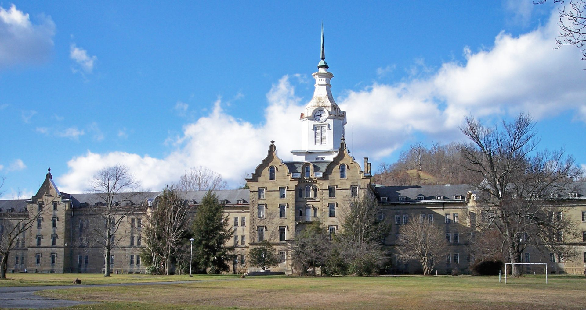 Weston State Hospital: By Tim Kiser (w:User:Malepheasant) - Self-photographed, CC BY-SA 2.5, https://commons.wikimedia.org/w/index.php?curid=1702931